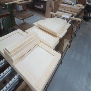 가구문짝,376*895*1장,외(칠레파인(뉴질랜드소나무) Solid 18mm),내(자작합판 SBB등급 롱그레인 4mm),경첩가공(세로)