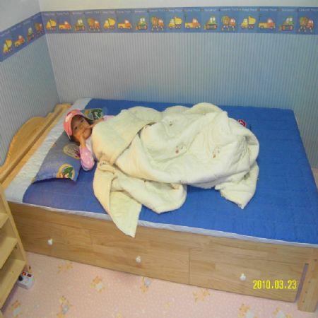 집성목으로 만든 침대