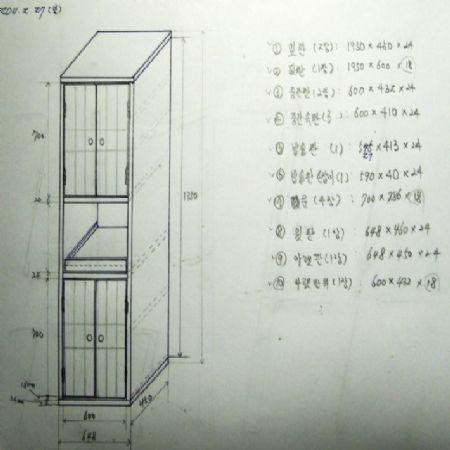 삼나무로 만든 주방 수납장