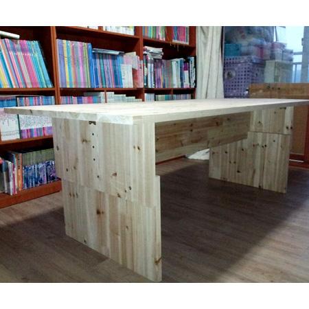 삼나무 집성목으로 만든 탁자(밥상(식탁아님)으로 사용)와 책장