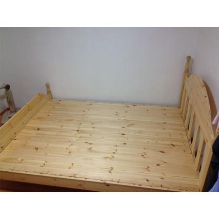 홍송으로 만든 침대...