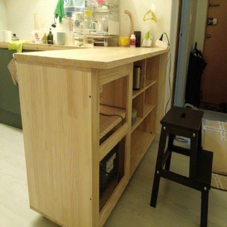 아일랜드 식탁과 냉장고 틈새 수납장