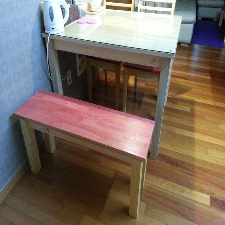 집성목으로 만든 식탁용 긴의자