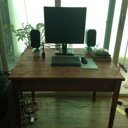 컴퓨터 책상을 만들었습니다.