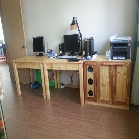 컴퓨터 수납장과 소나무로 만든 책상
