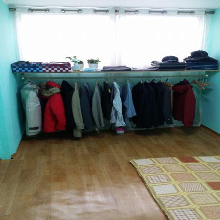 오리나무로 만든 옷방 및 선반들