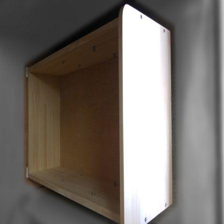 집성목으로 만든 3단 수납장